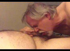Coroa gay fazendo boquete na pica do gordinho