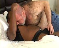 Velho gordo comendo um negão gay
