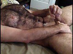 Peludão sarado se masturbando até gozar