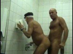 Tarado metendo o piru no cu do velho no banheiro