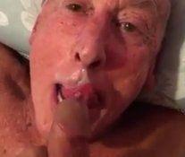 Velho chupando até tomar gozada na boquinha