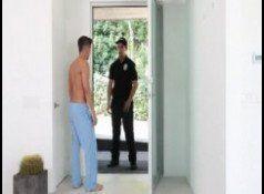 Policial gostoso dando uma comida no garotão