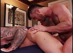 Bofes sarados e tatuados no sexo gay picante