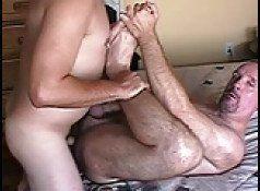 Coroa peludão passivo dando muito de pernas abertas