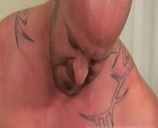 Novinho chupando e tomando umas palmadas do careca pirocudo