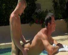 Sexo gay na piscina coroa dando o cu pro novinho