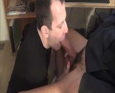 Dando uma mamada gostosa no pauzão do chefe
