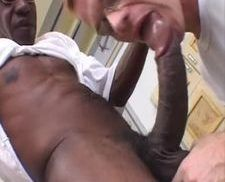 Negão com pica enorme comendo o cu do peludinho