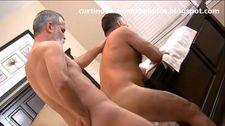 Porno doido gay com dois homens maduros fodendo