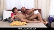 Putaria gay com padrasto peludo comendo o cu do enteado novinho