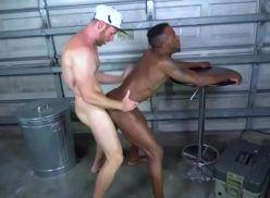 Porno gay interracial com homens fazendo troca troca