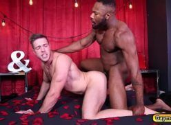 Homem negro dotado de piru comendo o cu do branquinho