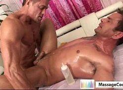 Gay se gozando todo com a pica no cuzinho